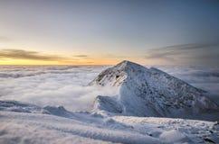 Wartesonnenaufgang in der Winterzeit mit schönem Himmel Stockfotografie