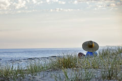Wartesonnenuntergang auf dem Strand Lizenzfreie Stockbilder