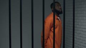 Wartestrafe des nervösen schwarzen Gefangenen in der Einzelzelle, verurteilter Verbrecher stock video footage