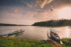 Wartevölker des touristischen Bootes am Sasthamcotta See stockfotos