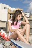 Wartewellen des hübschen Surfermädchens lizenzfreie stockbilder
