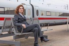 Wartezeit an der Bahnstation Stockfoto