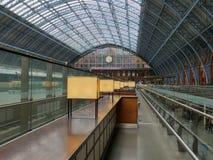 Wartezeit im Bahnhof lizenzfreies stockbild