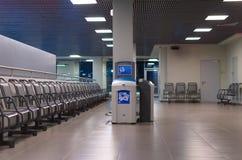 Wartezone in einem Flughafen mit Stühlen und garbige Behälter Stockbild