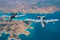 A-10 Warthogs腾飞在resevoir 免版税库存照片