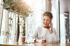 Wartość pomysł kłama w używać ono Atrakcyjna biznesowa kobieta pracuje przy biurkiem w nowożytnym biurze fotografia stock