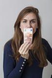Wartość dla pieniądze pojęcia dla marszczyć brwi 20s kobiety Fotografia Stock