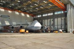 Wartung Antonows An-124 Ruslan Stockbild