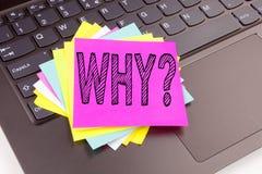 Warum Fragentext gemacht in die Büronahaufnahme schreiben auf Laptop-Computer Tastatur Geschäftskonzept für um Konzept-Werkstatt  Lizenzfreies Stockbild