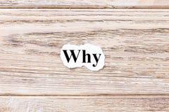 Warum vom Wort auf Papier Konzept Wörter von warum auf einem hölzernen Hintergrund Stockbild