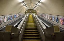 Warwick Avenue Station-roltrap in Londen ondergronds Stock Foto's