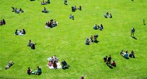 Warwick, Warwick Castle, Reino Unido, el 5 de mayo de 2018 Grupos de personas que tienen comida campestre que se sienta en hierba Foto de archivo libre de regalías