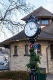 Warwick, NY Соединенные Штаты - 4-ое января 2019: Часы и станция столба зеленого цвета железной дороги Warwick стоковое изображение rf