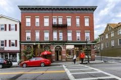 Warwick, NY/Estados Unidos - 1º de julho de 2016: Opinião da paisagem de Main Street de Warwick foto de stock