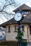 Warwick NY-Förenta staterna - 4 Januari, 2019: Warwicks klocka och station för stolpe för järnväg grön royaltyfri bild
