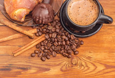 Warząca kawa, kawowe fasole, cynamonowi kije, czekoladowa trufla Obrazy Royalty Free