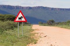 Warzenschwein-Straßenüberquerung Zeichen- Stockfoto