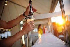 Warzyć piwo obrazy royalty free