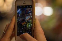 Warzyw i owoc rynek Przez Smartphone kamery zdjęcia stock