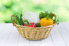 Warzywa Świeży Życiorys warzywo w koszu Nad natury tłem fotografia royalty free