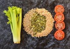 Warzywa dieta Seler, pomidor, siekał chickpeas i dyniowych ziarna Zdjęcia Royalty Free