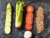 Warzywa dieta Seler, pomidor, siekał chickpeas i Zucchini Zdjęcia Stock