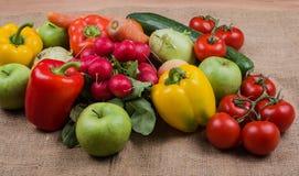 Warzywa fotografowali na Jutowej tkaninie warzywo rynek obrazy stock