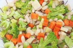 Warzywa gotujący w pucharze zdjęcia royalty free