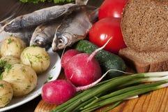 Warzywa, grule, chleb i ryba na drewnianym wieśniaka stole, Zdjęcie Royalty Free