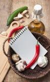 warzywa i butelka olej do smażenia w koszu obraz stock