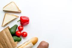 Warzywa i chleb na białym biurka tła odgórnego widoku egzaminie próbnym Fotografia Stock