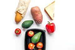 Warzywa i chleb na białym biurka tła odgórnego widoku egzaminie próbnym Obraz Royalty Free