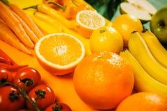 Warzywa i owoc na barwionym tle Zdjęcia Stock