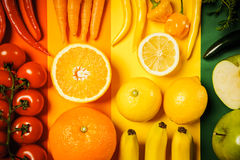 Warzywa i owoc na barwionym tle Obrazy Stock