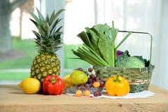 Warzywa i owoc na stole Obrazy Stock