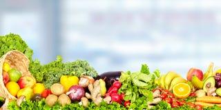Warzywa i owoc nad błękitnym tłem Zdjęcie Royalty Free