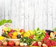 Warzywa i owoc nad biel ściany tłem Zdjęcia Royalty Free