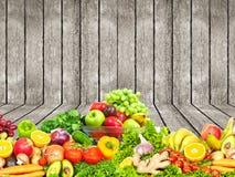 Warzywa i owoc nad drewnianym ściennym tłem Fotografia Stock