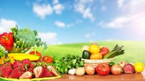 Warzywa i owoc nad niebieskiego nieba tłem Fotografia Stock