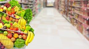 Warzywa i owoc nad sklepu spożywczego tłem Fotografia Royalty Free