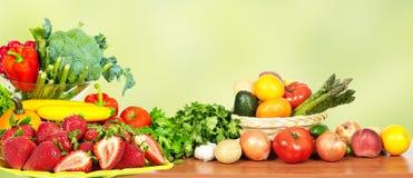 Warzywa i owoc nad zielonym tłem Zdjęcie Royalty Free
