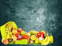 Warzywa i owoc nad zmrok ściany tłem Zdjęcie Royalty Free