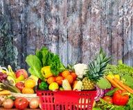 Warzywa i owoc nad zmrok ściany tłem Obraz Stock