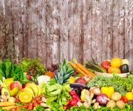Warzywa i owoc nad zmrok ściany tłem Obrazy Stock