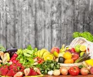 Warzywa i owoc nad zmrok ściany tłem Zdjęcia Royalty Free