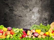 Warzywa i owoc nad zmrok ściany tłem Zdjęcie Stock