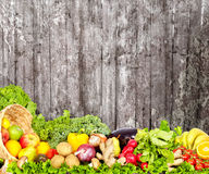 Warzywa i owoc nad zmrok ściany tłem Fotografia Royalty Free