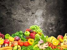 Warzywa i owoc nad zmrok ściany tłem Obrazy Royalty Free