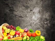 Warzywa i owoc nad zmrok ściany tłem Fotografia Stock