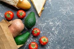 Warzywa i papierowa torba na szarym biurka tła odgórnego widoku egzaminie próbnym Obraz Stock